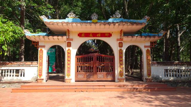 Cổng vào mộ Thầy Thím