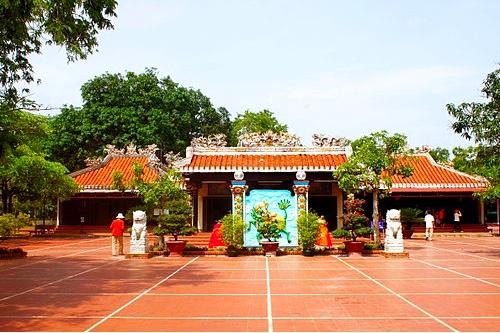 Chánh điện (giữa), nhà thờ Hậu hiền (trái), nhà thờ Tiền hiền (phải).